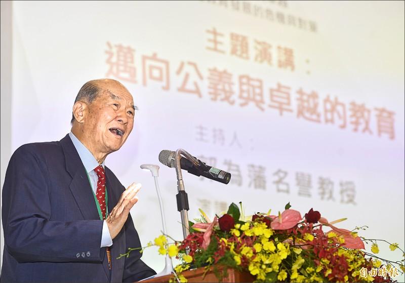 黃昆輝教授教育基金會5日舉行「2019教育政策研討會:邁向公義與卓越,台灣教育發展的危機與對策」,黃昆輝董事長發表主題演講。(記者方賓照攝)