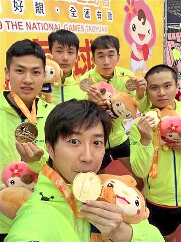 全運會男子桌球團體賽,南市代表隊由好手江宏傑(前)領軍。 (教育局體育處提供)