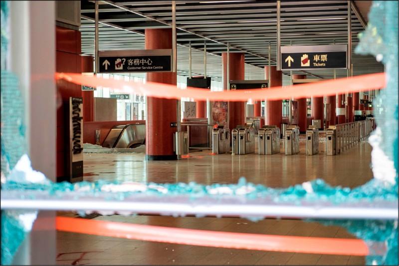 港鐵全線多個車站的站內外設施四日受損嚴重。圖為五日暫停營運的新界將軍澳站內,可見玻璃窗的碎片與遭破壞的驗票閘門。 (法新社)