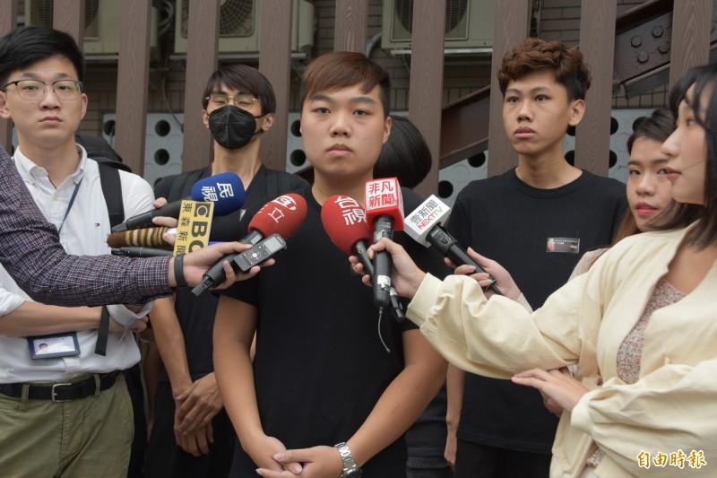 台灣藝術大學香港學生張貼的連儂牆遭中國學生破壞,經協調未果,中生未出面,港生決定赴警局提告毀損罪。(記者吳柏軒攝)