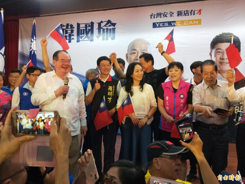 國民黨新北市黨部主委李乾龍(白衣,拿麥克風)說,雖然黑函產業鏈猖狂,但他對韓國瑜有信心,在新北可以大贏30萬票。(記者何玉華攝)