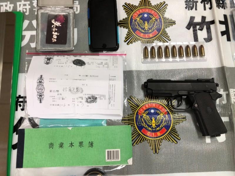 警方查獲王男黨羽用來暴力討債的改造槍枝等犯罪工具。(圖由警方提供)