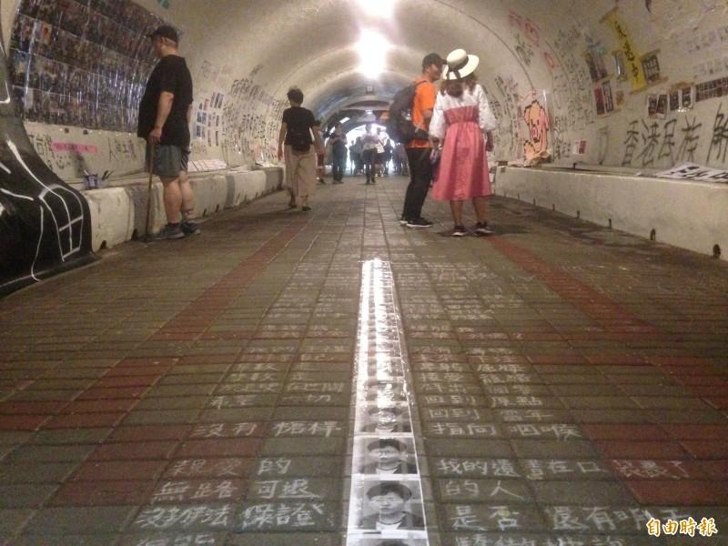 隧道佈滿反送中訊息。(記者黃旭磊攝)
