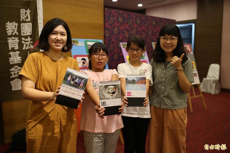 大成國小學童黃毓庭(左2)、黃詩庭(右2)在老師陳姝蓉(右1)、唐正因(左)指導下,拍下精彩作品。(記者邱芷柔攝)
