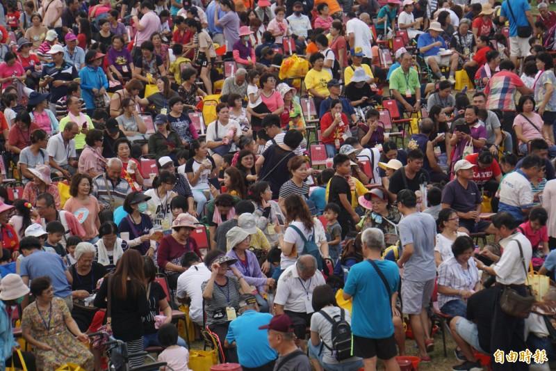 三千人在西螺大橋下幫長輩洗腳,另類奇觀。(記者詹士弘攝)