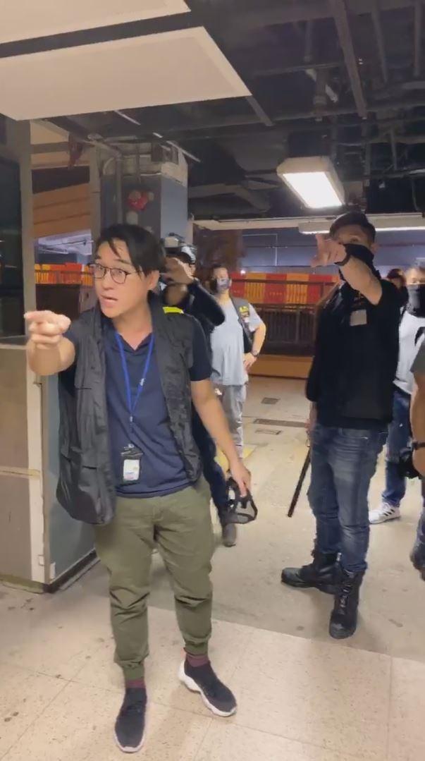 警方與到場直播的中大崇基學生會幹部發生口角衝突。(擷取自「崇基學生會 CCSU」Facebook粉絲專頁)