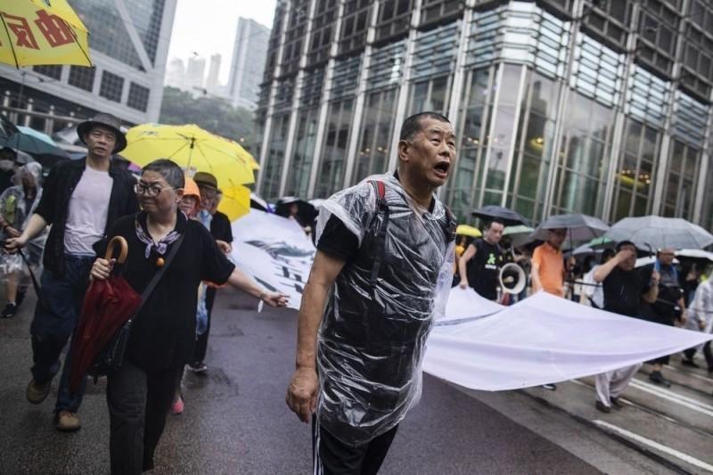 香港媒體大亨、壹傳媒集團創辦人黎智英(圖中)日前走上街頭支持香港反送中。(彭博)