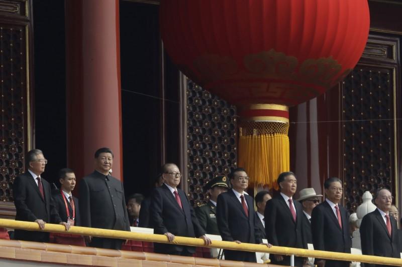 郭文貴爆料,中國國家副主席王岐山(前排右一)等5人是中國國家主席習近平(前排左二)欲除之而後快的眼中釘。(美聯社)