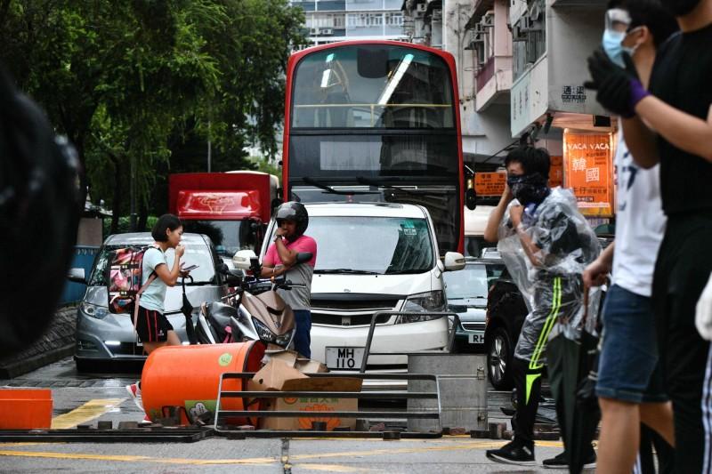 示威者在九龍南昌街一帶以雜物堵塞馬路。(法新社)