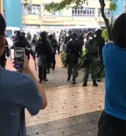 香港浸會大學外有5名浸大學生遭警察攔查逮捕,且警察一度越線踏進校園範圍內。(圖擷取自臉書_Keith Fong)