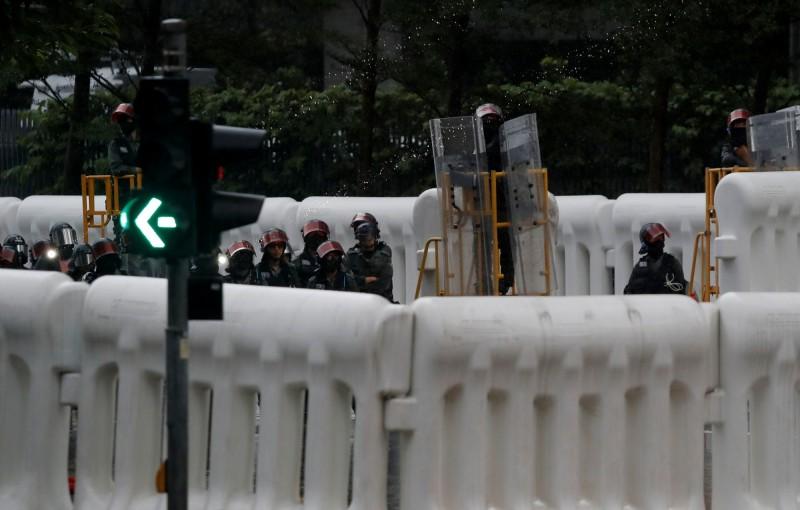 水馬(充水式護欄)防線內約有10多名防暴警察。(路透)
