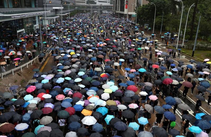 香港反送中抗爭持續進行,顏擇雅認為,台灣人可以從中學習港人的國際溝通力。(路透)