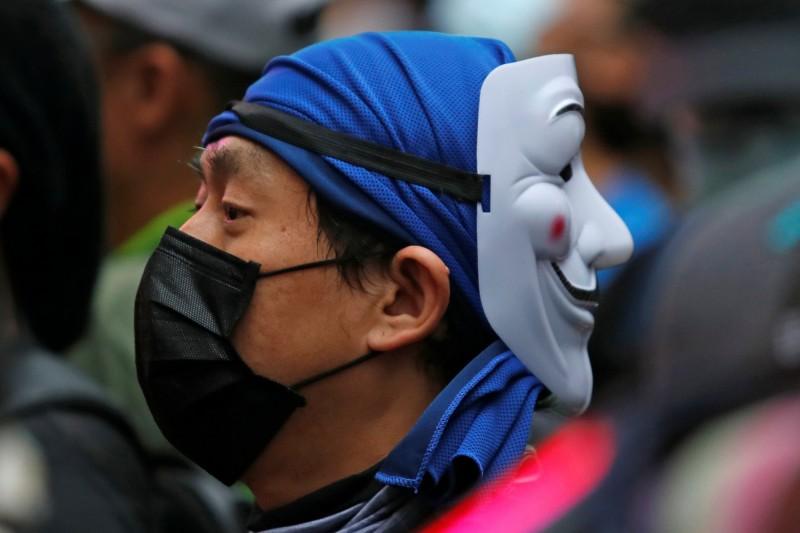 官媒《人民日報》大讚港府,辯稱禁止蒙面可以為香港「殺菌消毒」。(路透)