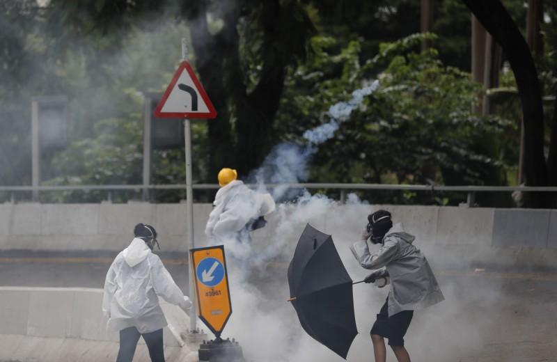 警方於金鐘道夏愨花園一帶發射多枚催淚彈。(法新社)