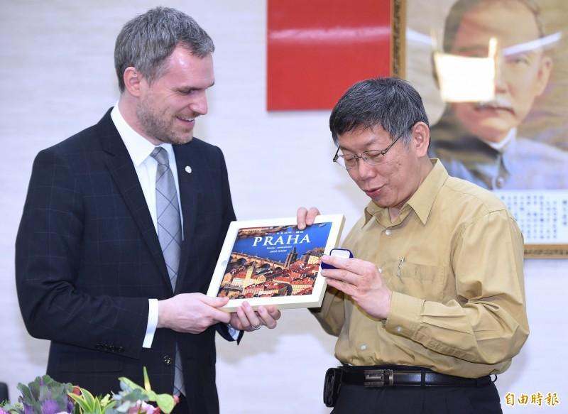 布拉格市長賀吉普(Zdenek Hrib,左)表示,明日布拉格市政會議將討論是否終止與北京的姐妹市協定。圖為賀吉普與台北市長柯文哲會面。(資料照)