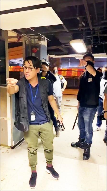 香港警察六日擅闖中文大學校園,對學生進行搜查,挨批濫權執法。(取自網路)