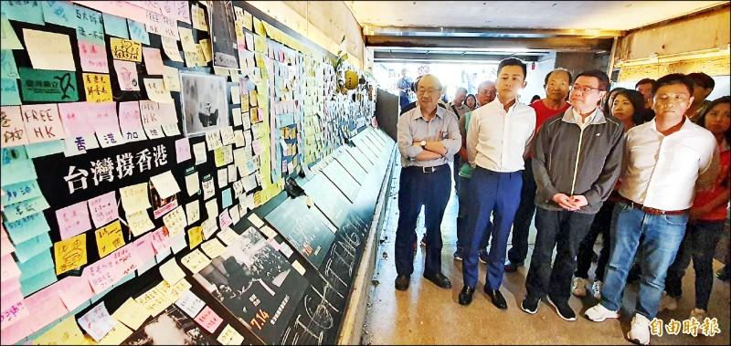 民進黨主席卓榮泰(右二)昨走訪新竹市,在市長林智堅陪同下,到連儂牆聲援香港。(記者蔡彰盛攝)