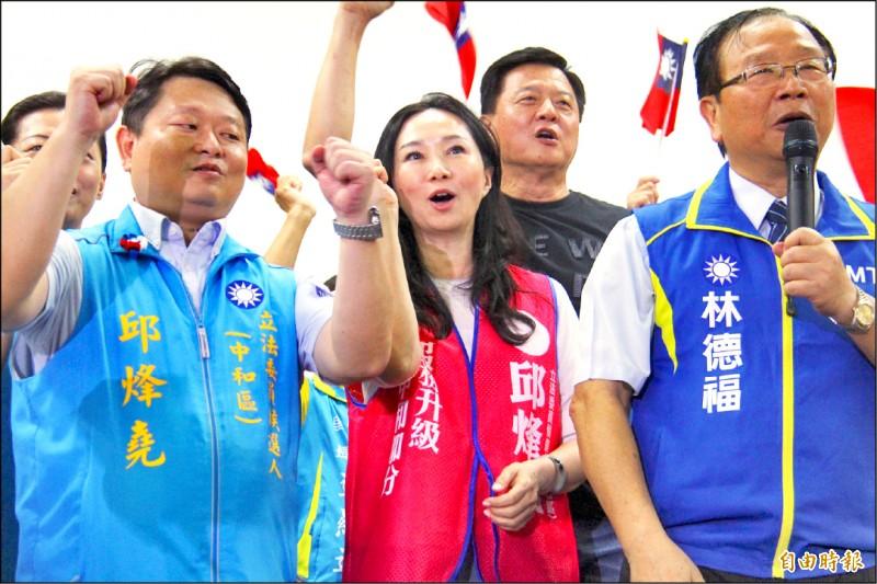 李佳芬(中)替夫到新北市為立委參選人站台。(記者邱書昱攝)