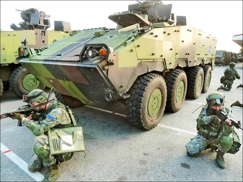 今年我國防工業釋商規模估計將成長至一三○○億元。圖為國產雲豹八輪甲車參加國軍演訓。(資料照)