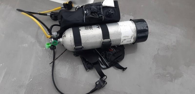 5日在東部海域尋獲的邱男潛水設備。(記者蔡宗憲翻攝)