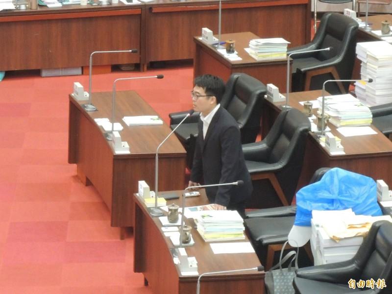 民進黨高市議員邱俊憲質疑高市校園雙機預算缺口大。(記者王榮祥攝)