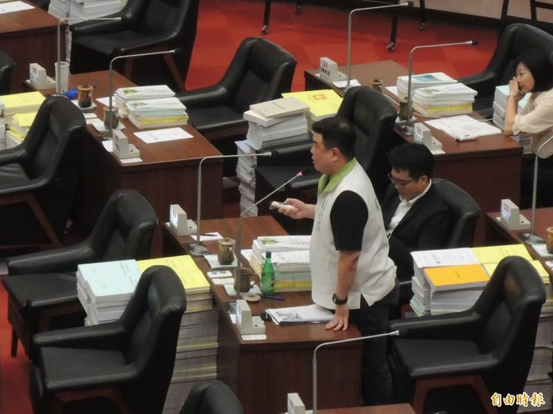 高市議員簡煥宗追問韓國瑜請假事宜。(記者王榮祥攝)