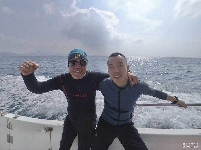 左為台籍64歲黃程凣,右為中國籍28歲邱啟凡,兩人當天下水前的合影。(家屬提供,記者蔡宗憲翻攝)