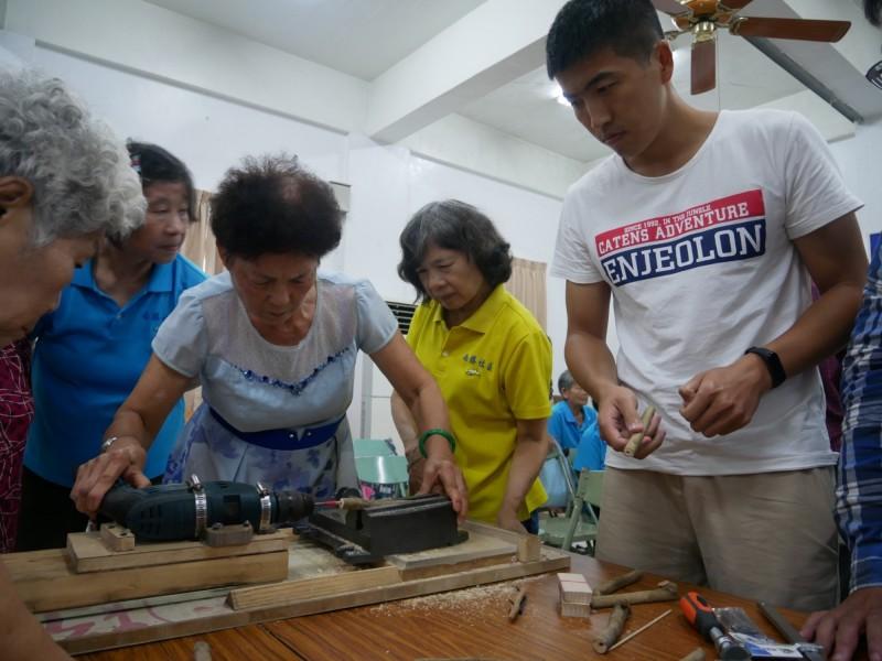 中山大學師生與南勝社區居民一同設計製作「荔枝木餐具」。(中山大學提供)