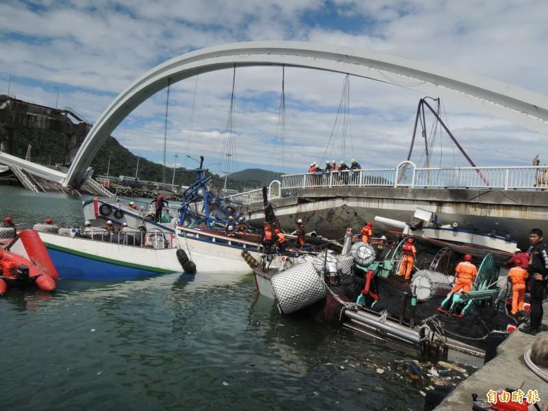 南方澳跨港大橋倒塌後壓毀3艘漁船,造成6名外籍漁工死亡,12人受傷送醫,圖為事發現場。(資料照,記者江志雄攝)