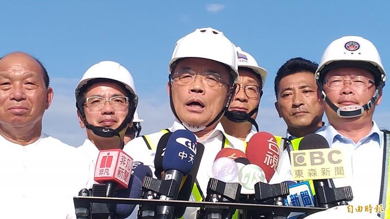 蘇貞昌(中)被問到,高雄市長韓國瑜若請假選總統,中央是否准假?他回應,過去沒見過。(記者江志雄攝)