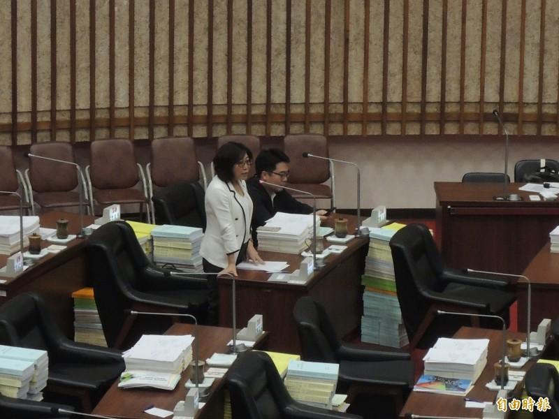 康裕成追問高市教育局長吳榕峯對優教住宅的看法。(記者王榮祥攝)