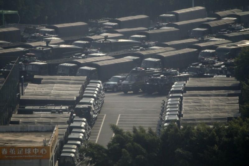 日前《路透》批露中國解放軍增兵增加逾1倍,達1.2萬人進駐香港,《美聯社》確實拍到武裝車進入香港的畫面。(美聯社)