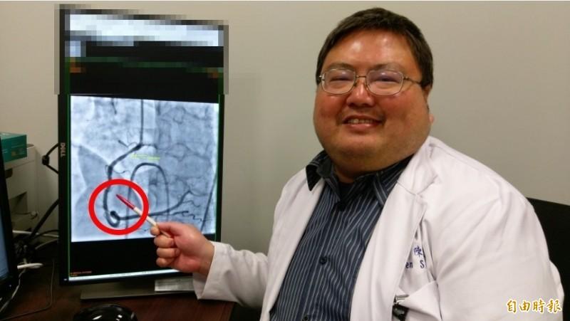 長安醫院心臟血管科陳士仁醫師表示,患者檢查後發現是下壁急性心肌梗塞,緊急進行心導管置放支架,讓血流恢復暢通救回一命。(記者陳建志攝)