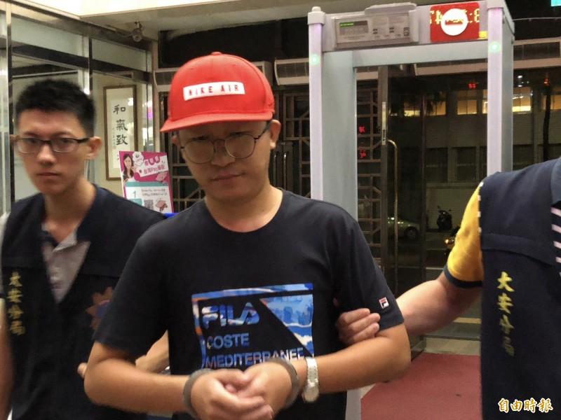 來台自由行的中國遊客李紹東(紅帽者),涉嫌毀損台灣大學校內連儂牆,被台大校方提告毀損法辦。(記者錢利忠攝)
