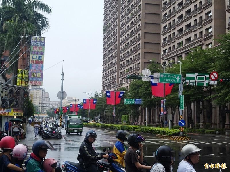 新北市向來以在重要街道懸掛國旗的方式,慶祝國慶日。(記者何玉華攝)