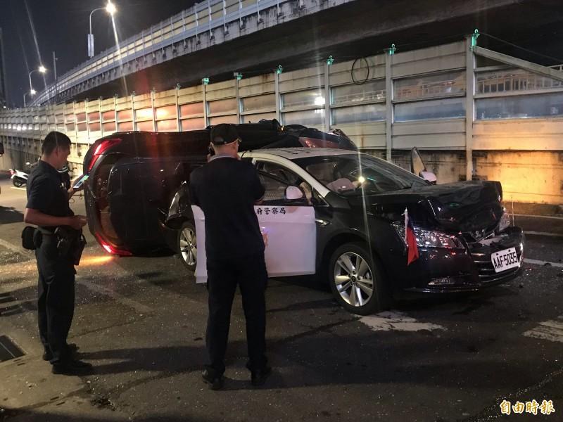 北市保大警車遭追撞  轎車90度側翻 一警一民送醫