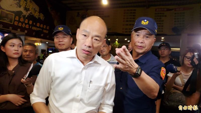 市長韓國瑜臨檢釣蝦場,強調沒有治安就沒有一切。(記者陳文嬋攝)