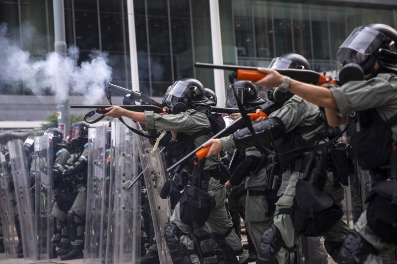 香港警方出動大批警力,鎮壓反送中示威者。(彭博)