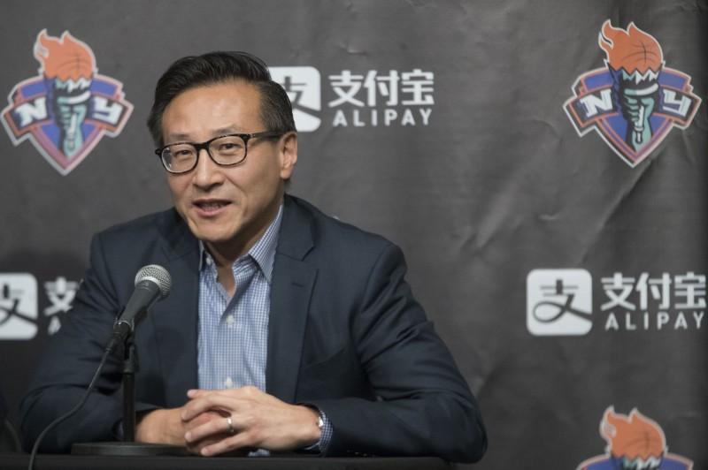 首位來自台灣的NBA球隊老闆,收購布魯克林籃網隊的阿里巴巴集團執行副主席蔡崇信對莫雷言論發表看法。(美聯社)