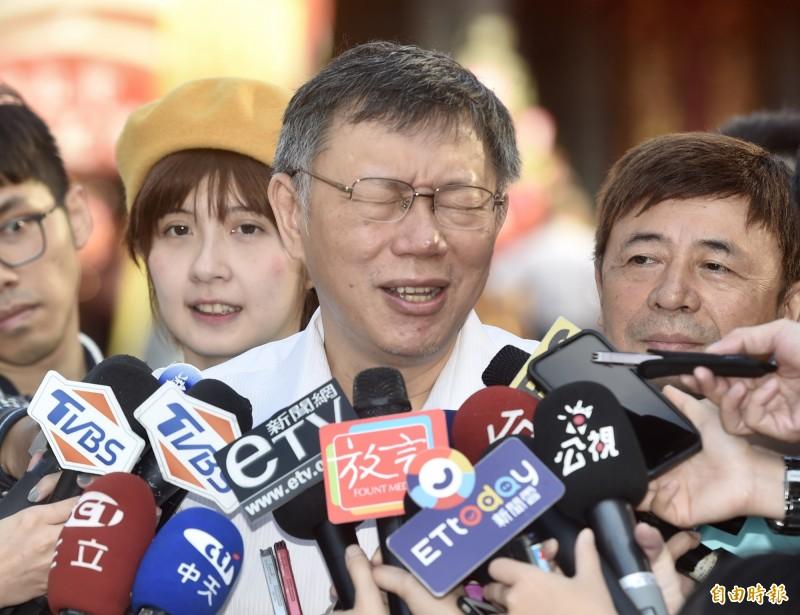 台北市市府顧問蔡壁如,6日在LINE群組轉傳質疑總統蔡英文的博士論文的農場文章,對此柯文哲(見圖)7日受訪稱「看看就好,不要當真,笑一笑就好」。(記者簡榮豐攝)
