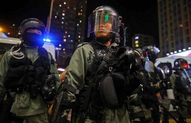 香港警方今晚強行闖入馬鞍山新港城商場逮人,立場新聞記者遭襲擊倒地。(歐新社)