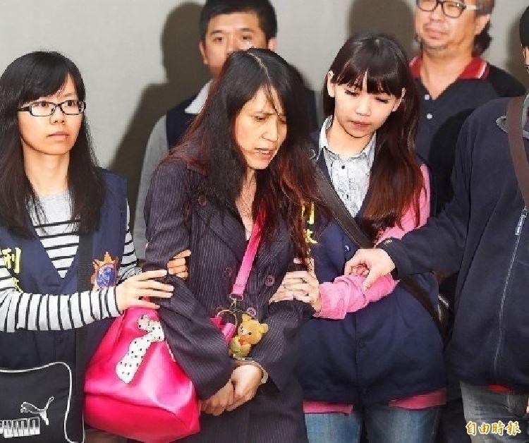 張淑晶(左二)因租屋糾紛常躍上新聞版面。(資料照)