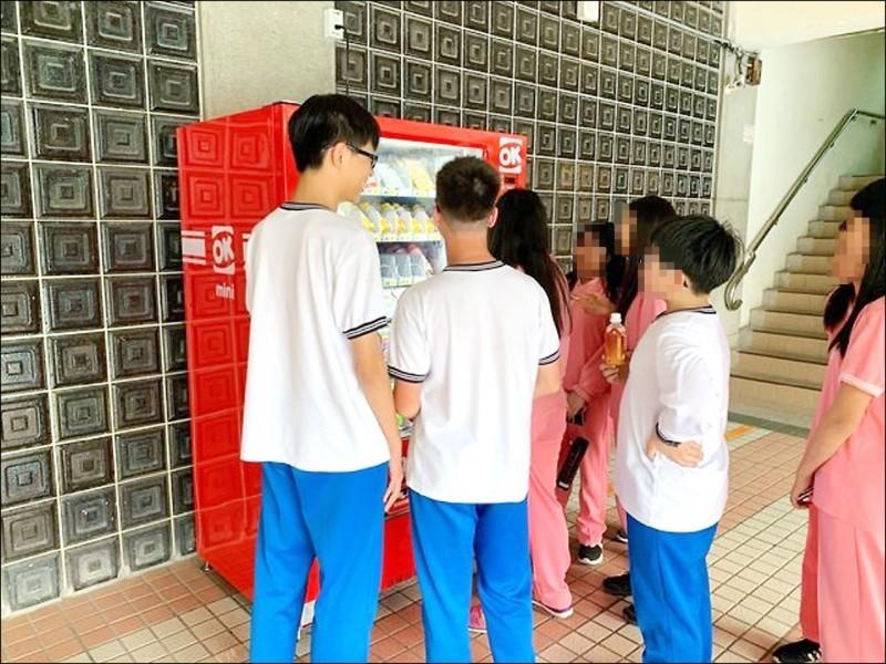 台北市教育局在國小、國中、高中推行建置智慧販賣機,最慢明年9月完成建置。(資料照)