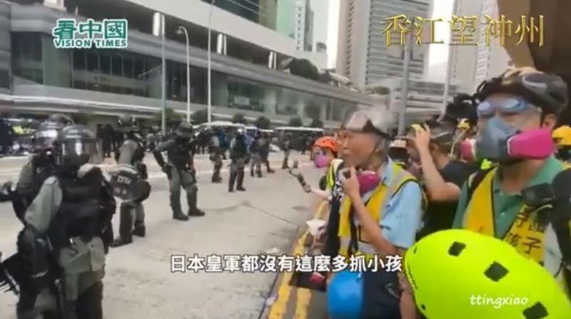 香港1名長者站到第一線,批評警方抓捕大批香港年輕人。(圖擷取自看中國YouTube)