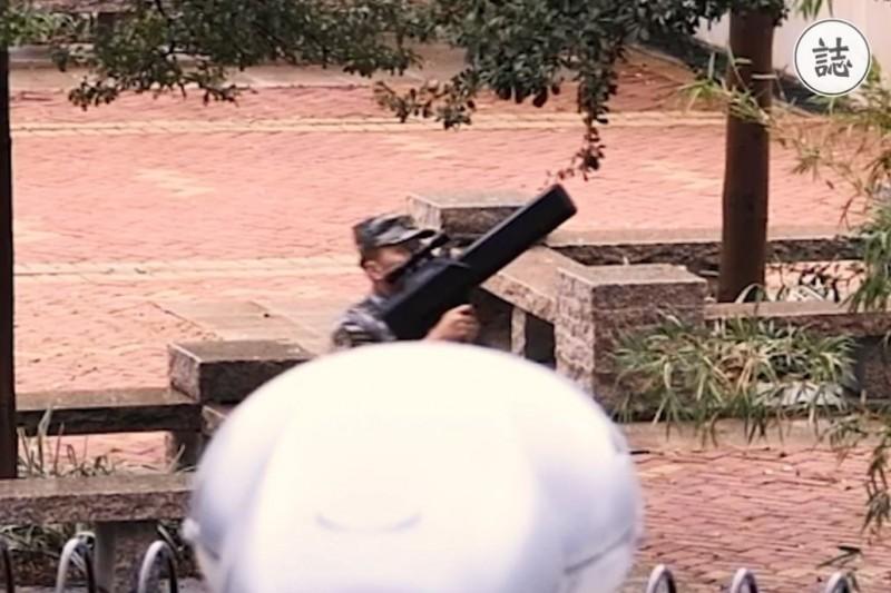 港媒報導,昨天在解放軍中環軍營內有軍人舉槍示警。(圖擷取自臉書_誌 hk.feature)