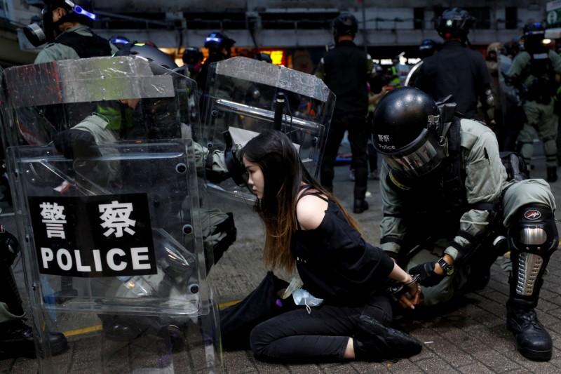 加拿大約克大學副教授沈榮欽2年前曾撰文向香港特首林鄭月娥喊話,「把中國的制度引進香港將會是一場災難」。圖為香港「反送中」運動期間,市民被港警靠上手銬。(路透社)