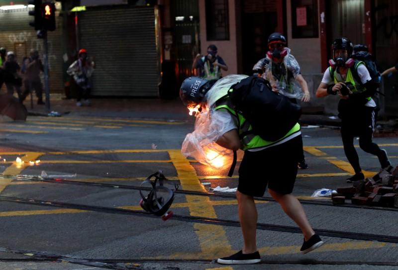 1名香港電台記者在昨(6)日遊行現場遭燃燒彈擊中。(路透)
