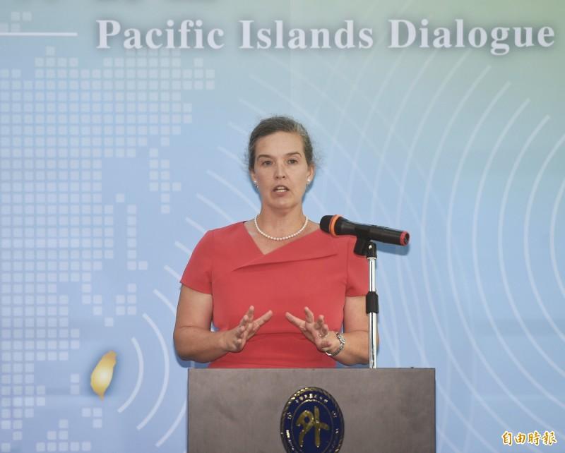 台美今(7)舉行首屆「太平洋對話」,美國國務院副助卿孫曉雅(Sandra Oudkirk)開幕致詞時罕見強調「我今天在此代表川普總統與龐皮歐國務卿啟動這項對話」。(記者方賓照攝)