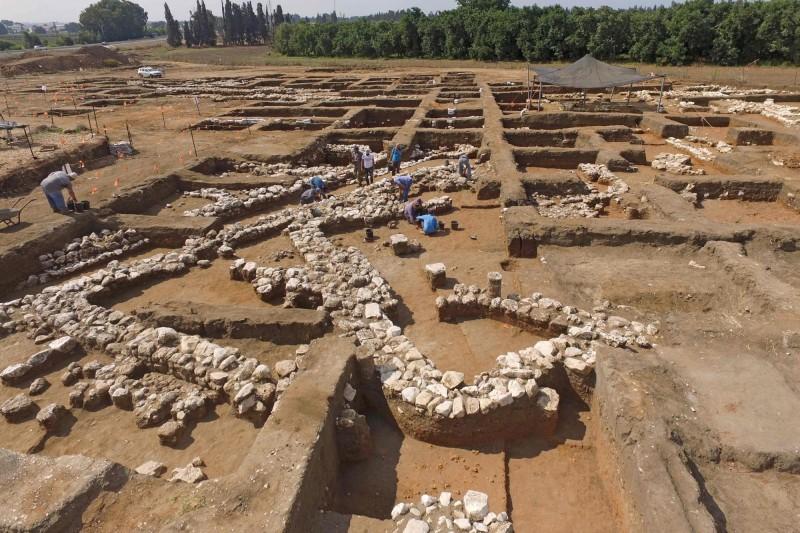 歷時2年半的挖掘工作,以色列文物管理局宣布在哈里什(Harish)附近發現有5000年歷史的大型古城遺址。(法新社)