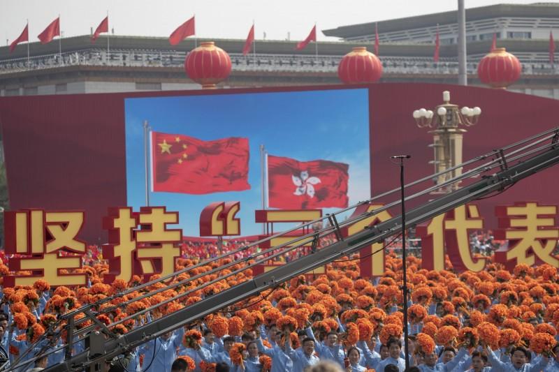 香港通過《禁蒙面法》後,多名示威者宣讀《香港臨時政府宣言》,現遭多方質疑動機不純,背後疑似中共運作。(美聯社)